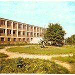 Pocztówka z Radomska – Technikum Mechaniczne (plac przed szkołą)