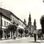 Czarno-biała pocztówka z Radomska – ulica Reymonta w widokiem na kościół Św. Lamberta