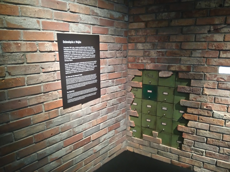 muzeum_slaskie_katowice_sciana_tablica_szuflady