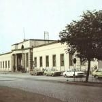 Budynek dworca kolejowego w Radomsku (zdjęcie z drugiej połowy lat 80. XX wieku)