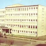 Kiedyś przychodnia, dziś szkoła (zdjęcie z drugiej połowy lat 80. XX wieku)
