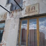 Stara elewacja na budynku w Kamieńsku (ul. Głowackiego 8)