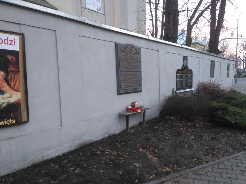 tablica_kwp_na_murze_klasztoru_franciszkanow_radomsko_1
