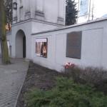 Tablica poświęcona żołnierzom KWP na murze klasztoru Franciszkanów w Radomsku