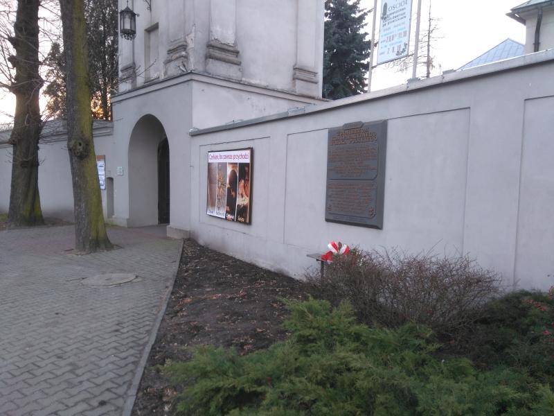 tablica_kwp_na_murze_klasztoru_franciszkanow_radomsko_3