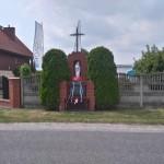 Kapliczka i tablica poświęcona żołnierzom podziemia (ulica Sanicka w Radomsku)