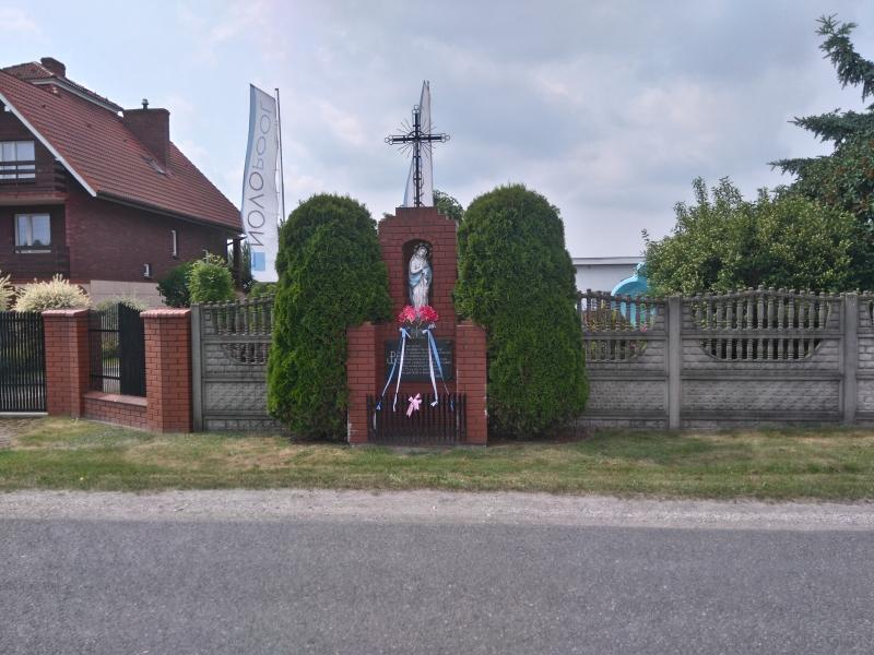 kapliczka_i_tablica_sanicka_radomsko_1