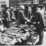 [stare zdjęcie] Sprzedaż materiałów na targu w Radomsku