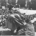 [stare zdjęcie] Sprzedaż glinianych naczyń na targu w Radomsku