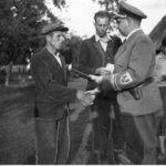 [stare zdjęcie] Starosta Radomska wręcza dokumenty potwierdzające niemieckie obywatelstwo