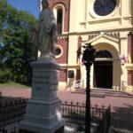 Figura Maryi przed kościołem w Żytnie