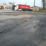 Tor przecinający ulicę Młodzowską (na zakręcie)