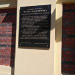Tablica poświęcona Wandzie Malczewskiej na ścianie kościoła w Żytnie