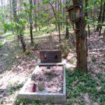 """Grób w środku lasu koło Fryszerki – pamiątka po oddziale """"Jędrusiów"""""""