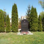 Pomnik Warszyca przed szkołą w Rzejowicach