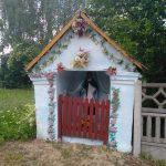 Urokliwa kapliczka Świętego Jana Nepomucena w Borzykowej, w drodze do Grodziska