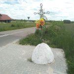 Krzyż na kamieniu przy skrzyżowaniu drogi do Rogaczówka
