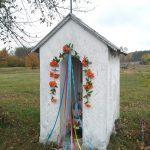 Murowana kapliczka domkowa przy wjeździe do Silnicy