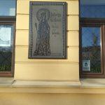 Tablica poświęcona Królowej Jadwidze na ścianie ratusza