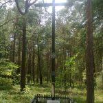 Krzyż z tablicą pamiątkową poświęconą partyzantowi AK Krzysztofowi Beresowi