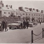 Pocztówka z lat 60. Piękne samochody zaparkowane pod kościołem Św. Lamberta