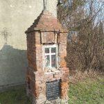 Kapliczka upamiętniająca dwie ofiary Auschwitz-Birkenau (ul. Sucharskiego w Radomsku)