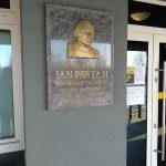 Tablica poświęcona papieżowi Janowi Pawłowi II – na budynku urzędu miasta