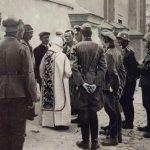 [stare foto] Wrzesień 1939 r., zakonnik z Gidel oraz dowódcy z Wehrmachtu