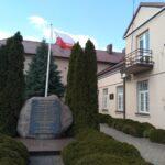 Kamieńsk. Tablica pamiątkowa na 15 rocznicę odzyskania prawa miejskiego