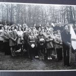 [stare zdjęcie] Delegacja ze szkoły w Małej Wsi podczas pochodu