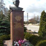 Pomnik Warszyca przed stadionem w Kamieńsku