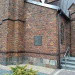 Tablica poświęcona Legionistom na murze kościoła w Gomunicach