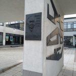 Tablica poświęcona Tadeuszowi Różewiczowi (Miejski Dom Kultury w Radomsku)