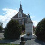 Figura Najświętszej Maryi Panny Królowej Polski przed kościołem w Dobryszycach