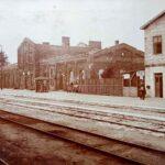 Pocztówka przedstawiająca zburzoną stację kolejową w Noworadomsku (zdjęcie od południowego-zachodu)