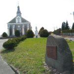 Głaz z tablicą na pamiątkę sądów grodzkich, które odbywały się w Dobryszycach